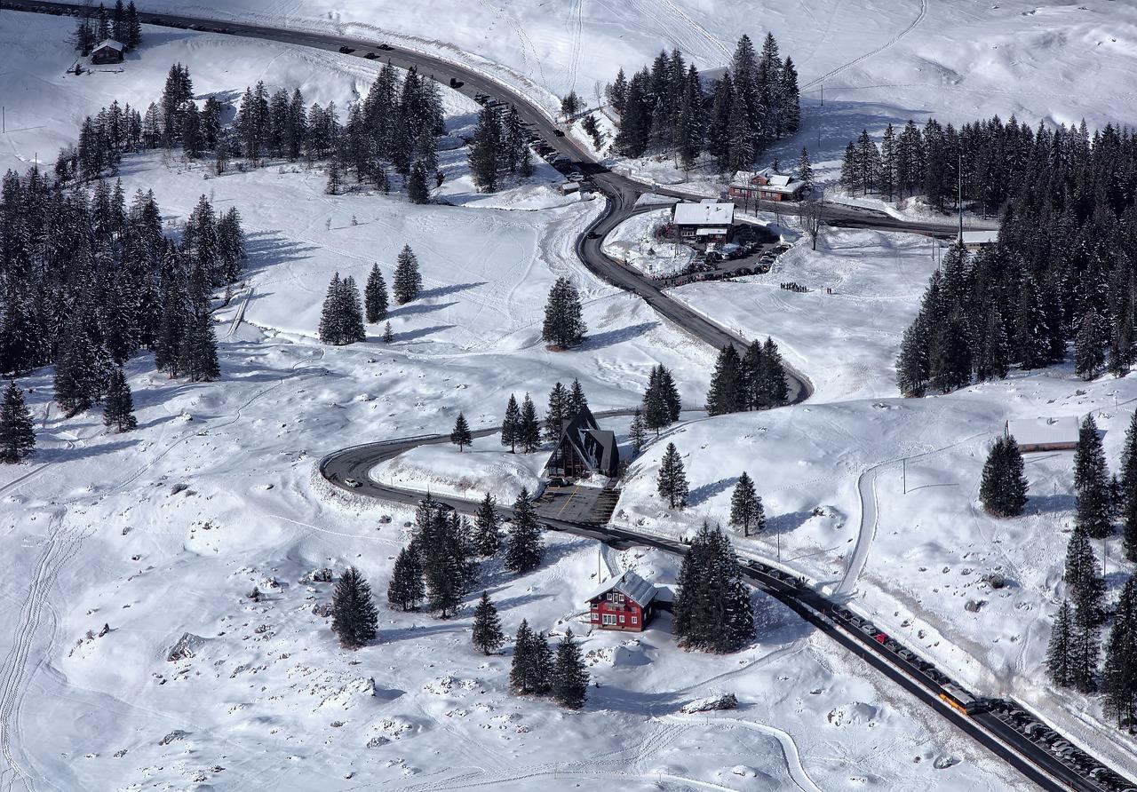 górska droga w zimie