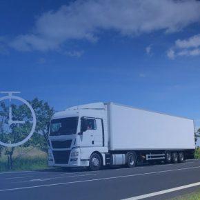 """Jak bezpiecznie rozliczać podróże służbowe kierowców – kilka istotnych porad Zagadnienie podróży służbowych bezpośrednio wiąże się z rozliczaniem kierowców. Nierzadko znaczna część środków, które otrzymuje kierowca w przeciągu miesiąca jest wynikiem rozliczania delegacji. Jest to korzystana forma dla przedsiębiorców, niepodlegająca obciążaniu podatkowemu i obowiązkowemu ubezpieczeniu społecznemu. Jak się okazuje, w wyniku nieprecyzyjnych przepisów powstaje wiele możliwości ich interpretacji. W poradniku przybliżamy zagadnienie rozliczania podróży służbowej, wskazując najlepsze rozwiązania. W pierwszej kolejności należy pamiętać, że przy rozliczaniu podróży służbowych kierowców obowiązują Ustawa o czasie pracy kierowców, Kodeks Pracy oraz Rozporządzenie w sprawie należności przysługujących pracownikowi zatrudnionemu w państwowej lub samorządowej jednostce sfery budżetowej z tytułu podróży służbowej (w dalszej części poradnika nazywane """"rozporządzeniem""""). Czy kierowca jest w podróży służbowej? Odpowiedź na to, kiedy mamy do czynienia z podrożą służbową kierowcy znajdziemy w art. 2 pkt 7 ustawy o czasie pracy kierowców, w którym czytamy: podróż służbowa – każde zadanie służbowe polegające na wykonywaniu, na polecenie pracodawcy: a) przewozu drogowego poza miejscowość, o której mowa w pkt 4 lit. a, lub b) wyjazdu poza miejscowość, o której mowa w pkt 4 lit. a, w celu wykonania przewozu drogowego. Pkt 4, a) (…) siedzibę pracodawcy, na rzecz którego kierowca wykonuje swoje obowiązki, oraz inne miejsce prowadzenia działalności przez pracodawcę, w szczególności filie, przed-stawicielstwa i oddziały. Tym samym o podróży służbowej możemy mówić w sytuacji, gdy kierowca opuszcza miej-scowość, w której znajduje się siedziba, filia, oddział lub przedstawicielstwo firmy. Odległość, czas podróży, a także miejsce wykonywania pracy zapisane w umowie o pracę nie mają tutaj znaczenia. Warto zaznaczyć, że nie w każdej sytuacji kierowcy będą przysługiwały świadczenia z tytułu odbywania p"""
